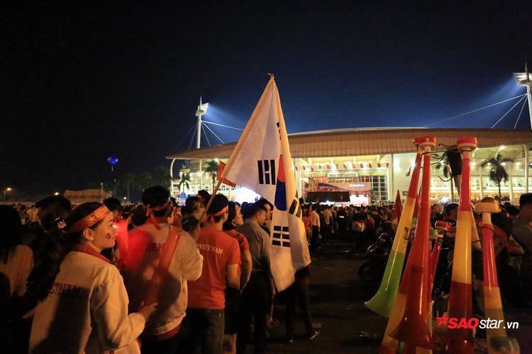 Giữa rừng cờ đỏ sao vàng, lá cờ Hàn Quốc bỗng trở nên đặc biệt.