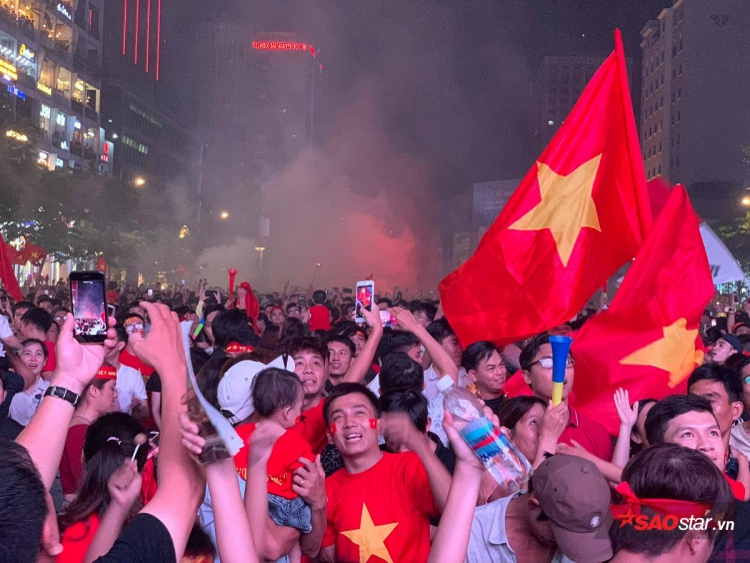 """Có lẽ, thời điểm này, tại khắp nơi trên dải đất chữ S nhỏ xinh này, tinh thần một ngày mai """"Việt Nam vô địch"""" đang lan tỏa mạnh mẽ hơn bao giờ hết."""