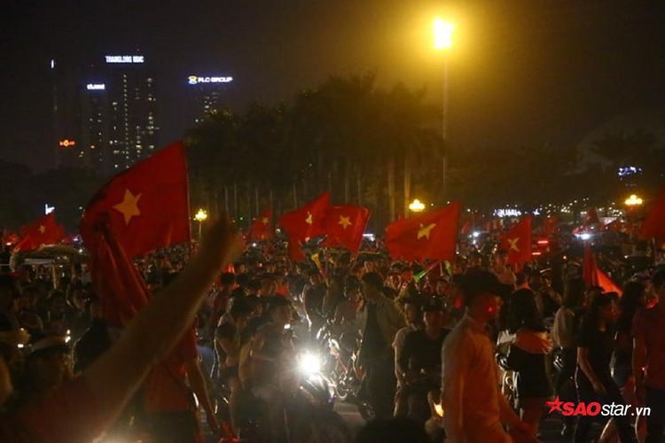 Ngay khi ĐT Việt Nam đánh bại Malaysia, các CĐV đã đổ ra đường ăn mừng.