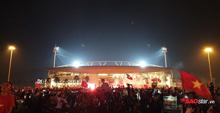 Ngay sau khi kết thúc trận đấu với tỉ số 2-0 nghiêng về đội tuyển Việt Nam, hàng ngàn cổ động viên 2 miền đã đổ xuống đường ăn mừng chiến thắng.