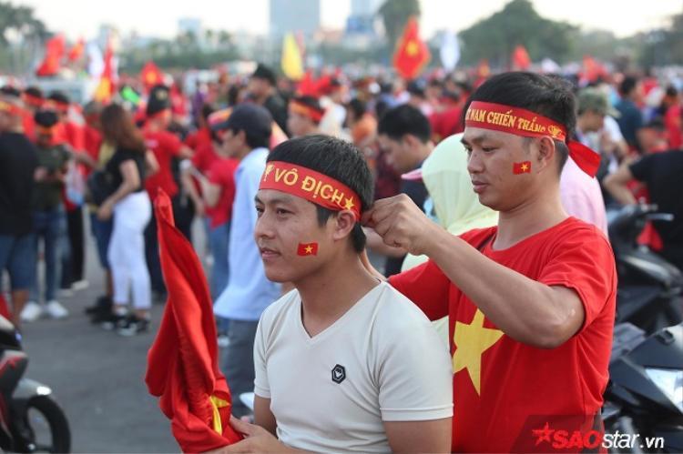 Một số CĐV Việt Nam đã chuẩn bị sẵn sàng cho màn cổ vũ diễn ra trên sân Mỹ Đình.