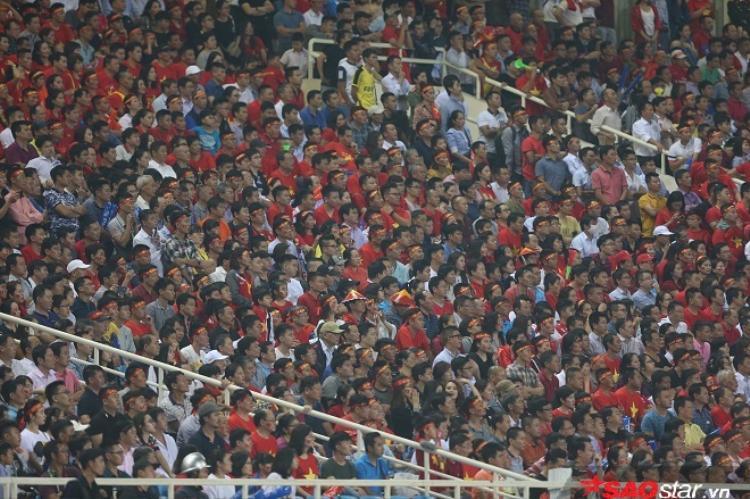 CĐV Việt Nam đã tạo ra biển người trên sân vận động quốc gia Mỹ Đình.
