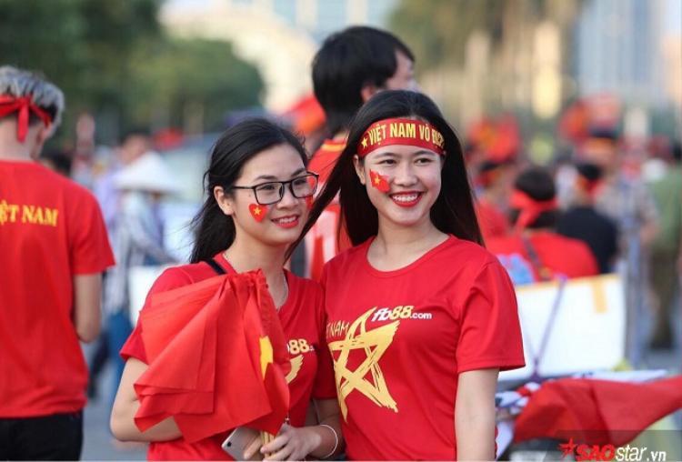 Vẻ rạng ngời của các cô gái Việt Nam trước trận đấu