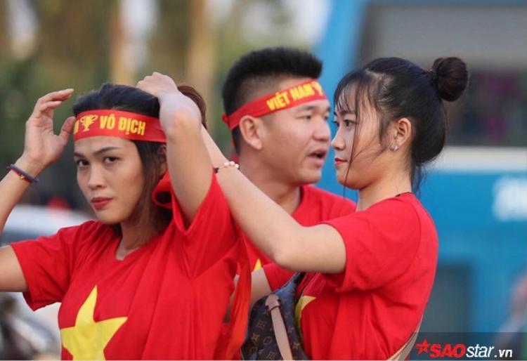 CĐV nữ Việt Nam cũng không thua gì nam giới.