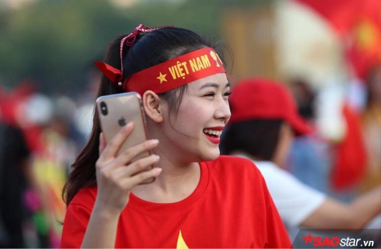 Nữ CĐV Việt Nam tự tin trước ống kính.