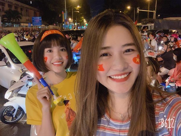 """Đang làm việc tại Đắk Lắk, song Thảo Phạm cũng rất """"máu lửa"""" với tình yêu bóng đá khi có mặt tại Hà Nội, hòa vào dòng người cổ vũ đội tuyển Việt Nam"""