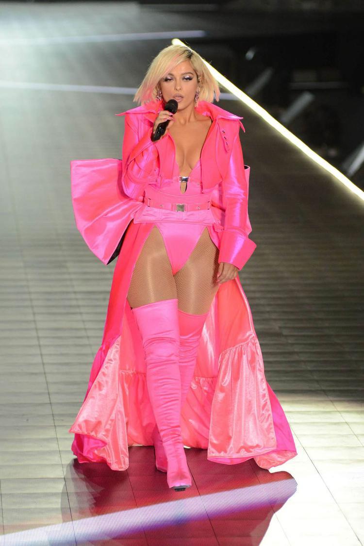 Bebe Rexha đầy quyến rũ trong màu hồng bắt mắt.