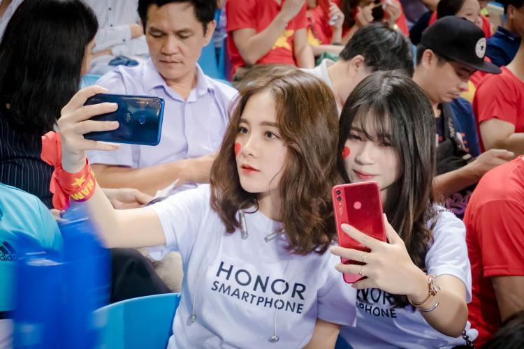 Những cổ động viên xinh đẹp chiếm sóng trận bán kết lượt về Việt Nam gặp Philippines