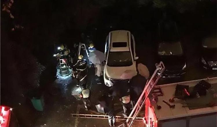 Nhân viên cứu hộ giải cứu nạn nhân nhưng đã quá muộn. Ảnh: AsiaWire