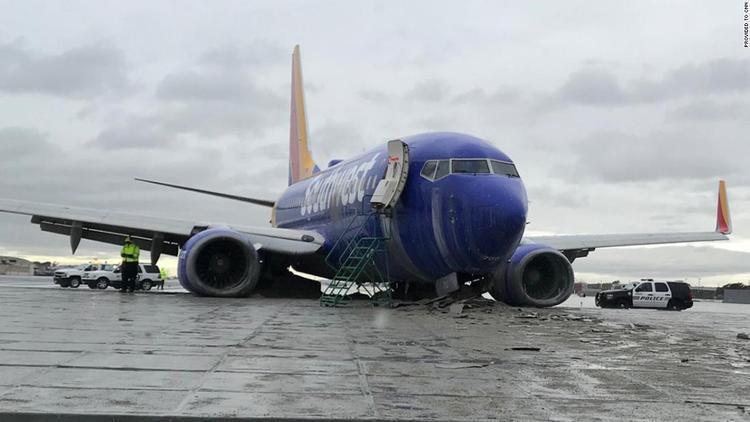 Máy bay củaSouthwest Airlines trượt khỏi đường băng trong mưa lớn. Ảnh: CNN