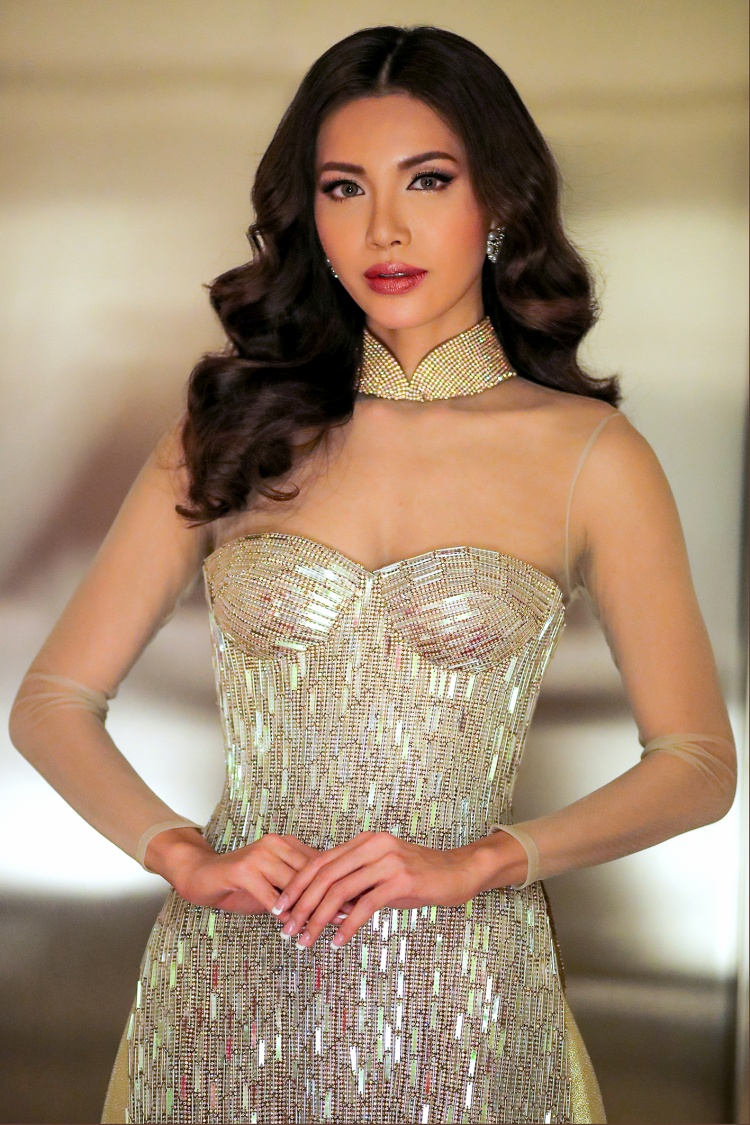 Thiết kế tâm huyết từ NTK Chung Thanh Phong giúp nữ cố vấn Asia's Next Top Model mùa 6 trông vừa kín đáo, thanh lịch - phù hợp với tính chất sự kiện, vừa quảng bá văn hoá, trang phục truyền thống của Việt Nam, đồng thời khéo léo khoe những đường cong cơ thể quyến rũ.