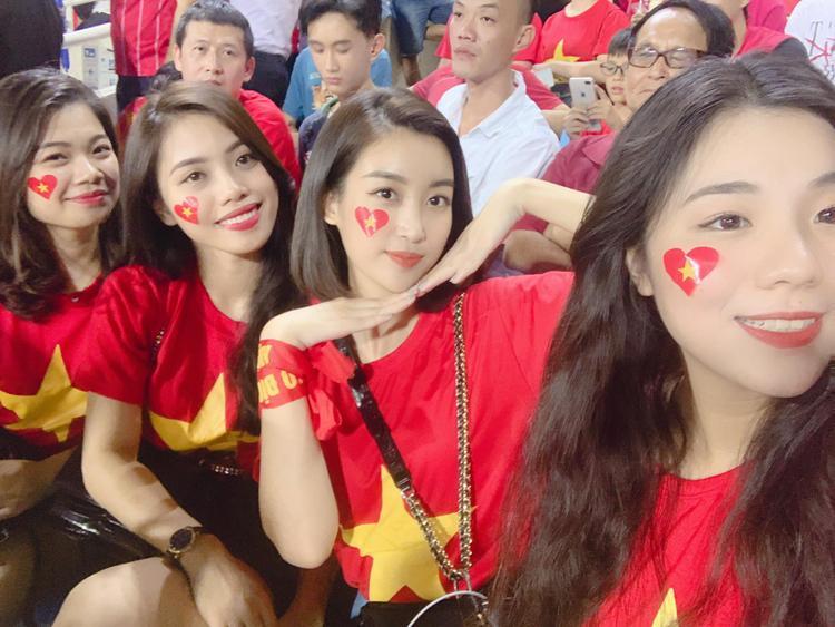 Nàng Hoa hậu Việt Nam xinh đẹp cùng hội bạn thân mặc áo cặp trong chiếc áo đỏ sao vàng rực rỡ tại sân Mỹ Đình tối qua