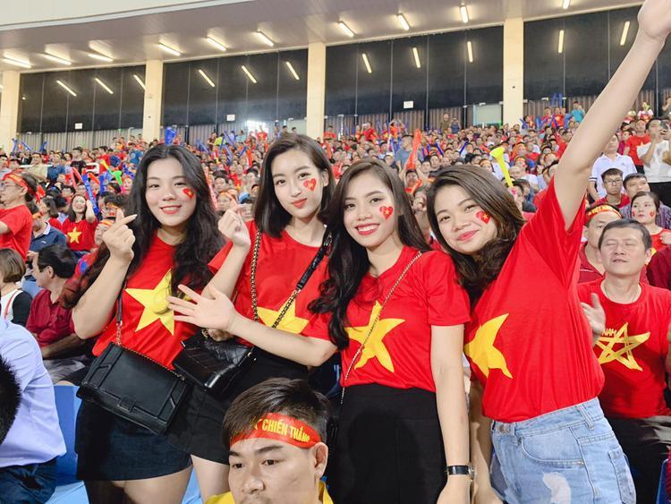 Hoa hậu Đỗ Mỹ Linh xinh đẹp rạng rỡ, quẩy tới bến khi Việt Nam vào chung kết AFF Cup