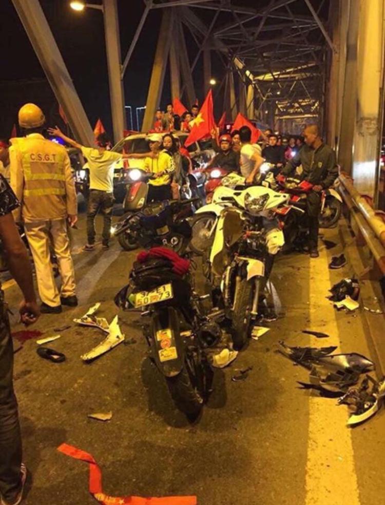 Hai xe máy hư hỏng nặng.