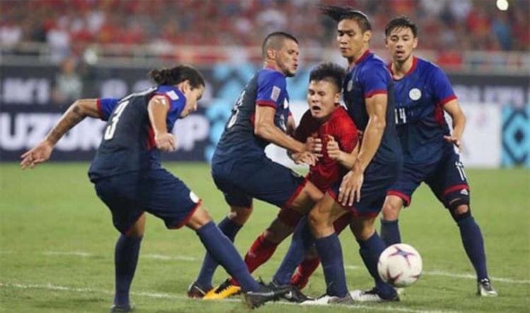 Có tới 4 cầu thủ Philippines cao to đã nhảy vào ngăn chặn Quang Hải. Trong tình huống này,đến Messi cũng phải ngao ngán.