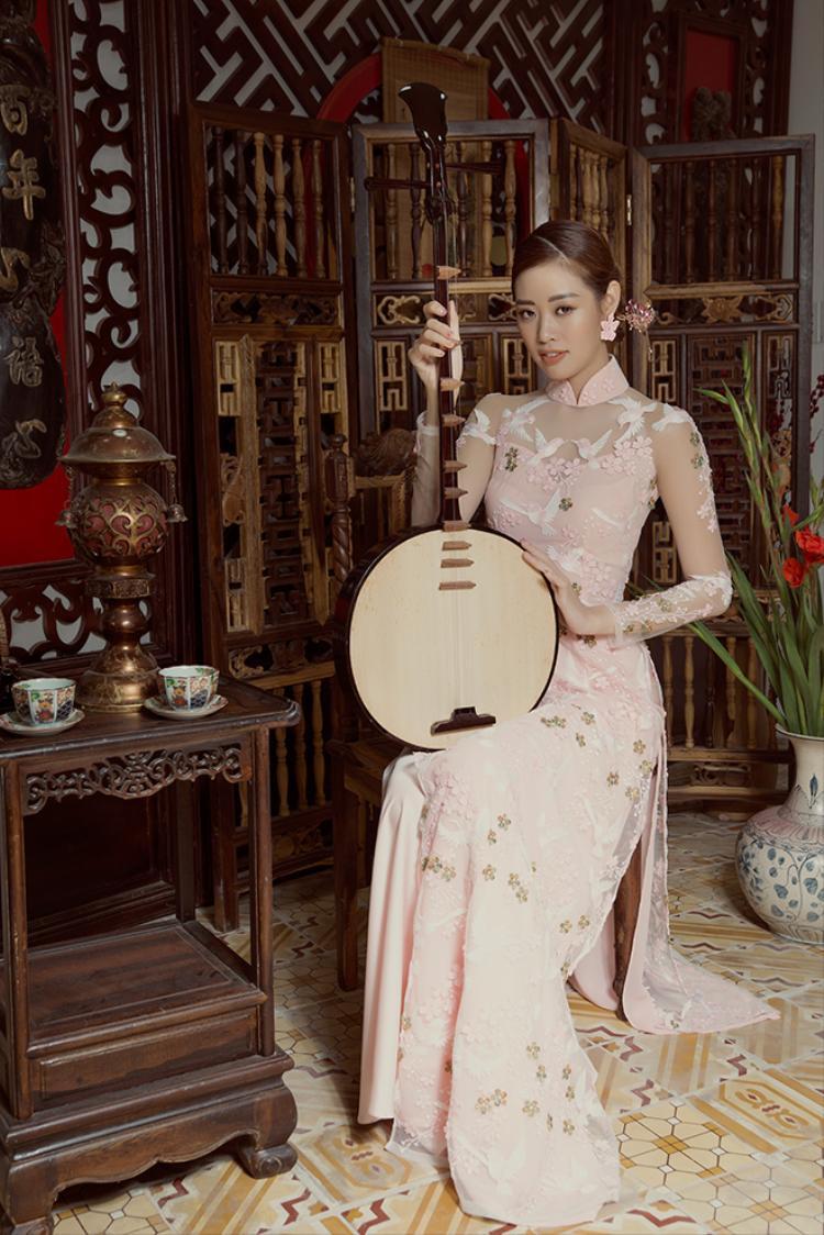 Khánh Vân khoe nét xuân thì lúng liếng trong tà áo dài màu hồng phấn