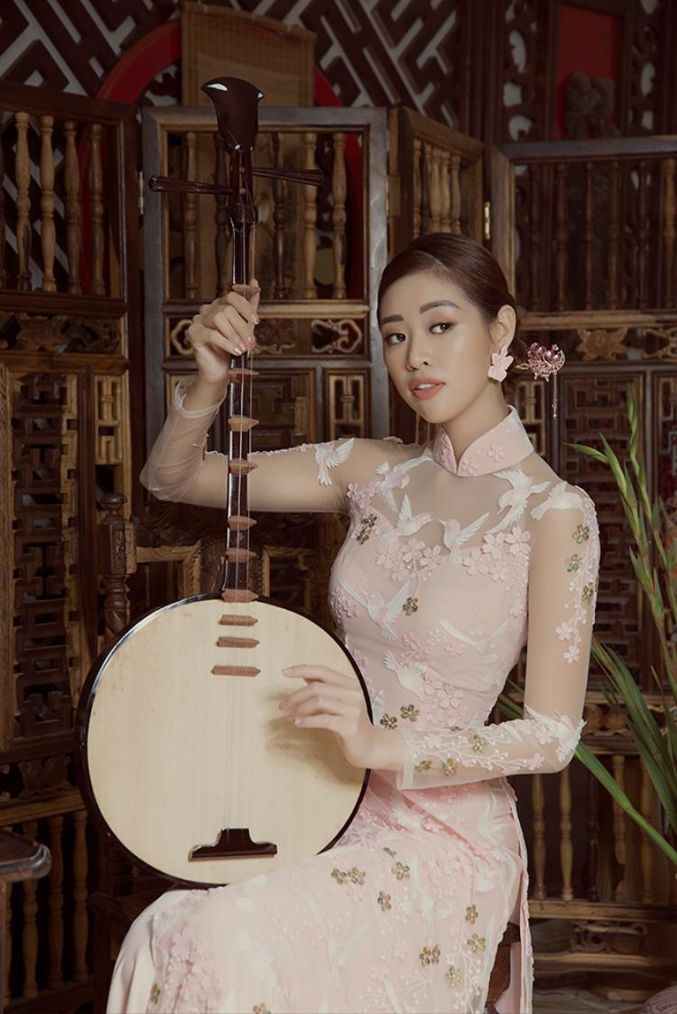 Siêu mẫu bạc Khánh Vân mặc áo dài hóa Thúy Kiều lúng liếng nét xuân thì
