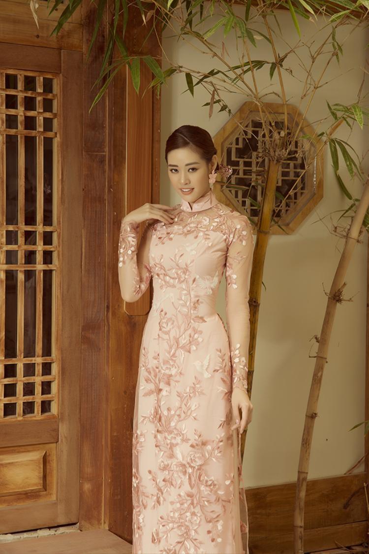 Áo dài thêu tay với tone màu tươi mới mang đến vẻ đẹp ngọt ngào