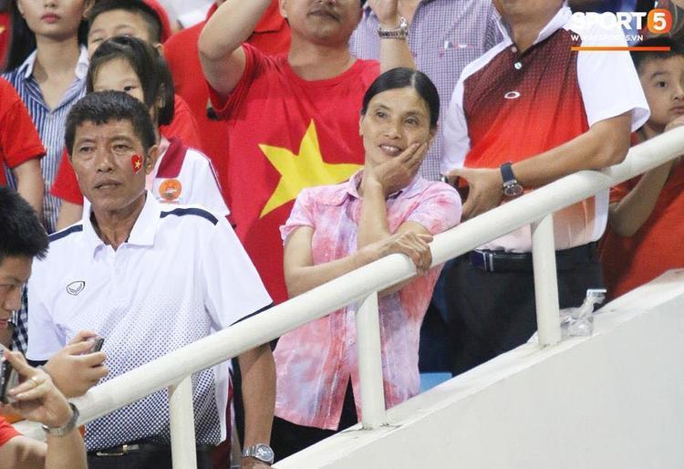 Hình ảnh mẹ Văn Hậu theo dõi từng bước chân của con trai bằng ánh mắt nồng hậu khiến cộng đồng mạng cảm động.