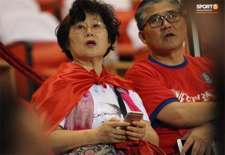 Bà Choi Sang A - vợ ông Park Hang Seo vui mừng trên khán đài trước chiến thắng của đội tuyển Việt Nam.