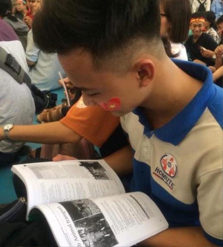 Tranh thủ những lúc chưa có pha bóng gay cấn, cậu bạn này lại nhìn sách vở ôn bài.