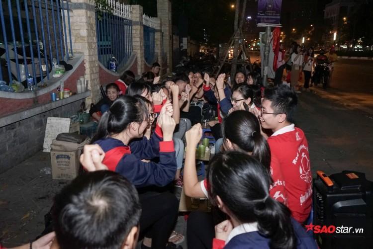 Mỗi lần các cầu thủ dâng lên tấn công, các cổ động viên sinh viên cũng hồi hộp theo từng pha bóng.