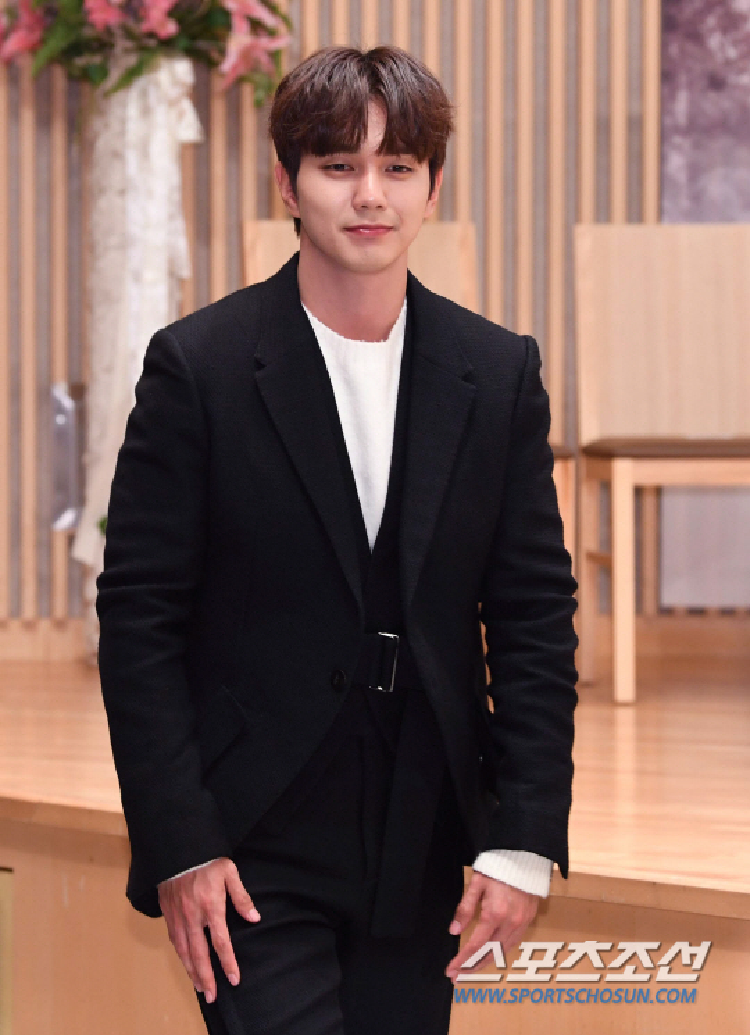 """Bấn loạn trước vẻ ngoài hoàn mỹ của """"em trai quốc dân"""" Yoo Seung Ho."""