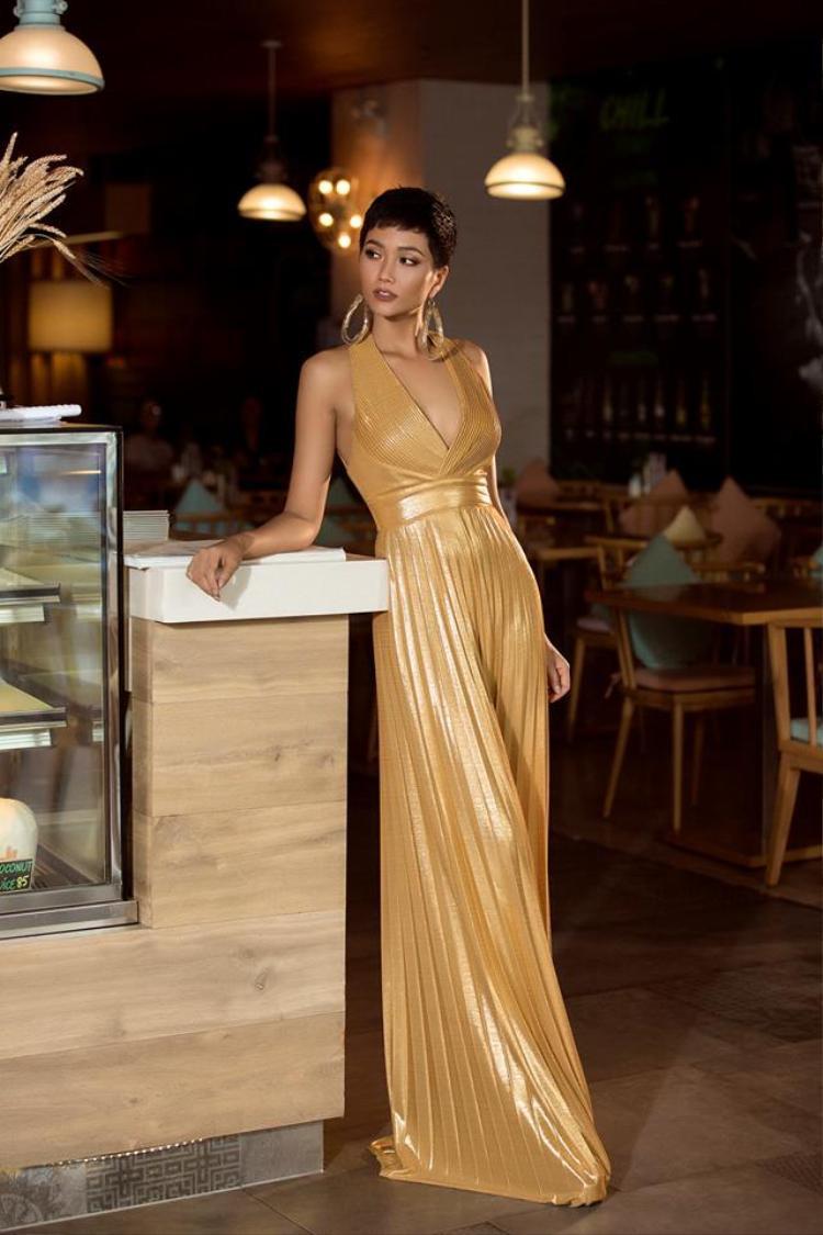 Gam màu vàng kim và thiết kế cực kì hợp với vóc dáng làn da của Hen