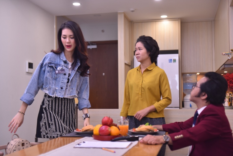 Giải vàng siêu mẫu Quỳnh Hoa bất ngờ bị NS Bạch Long nổi cơn tam bành, đuổi ra khỏi nhà trong sitcom Hoán đổi thanh xuân