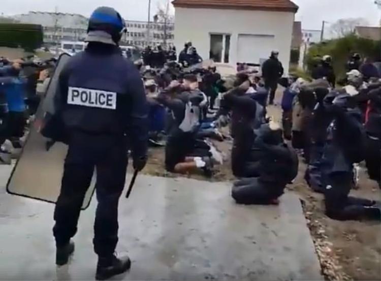 Học sinh còn đeo ba lô sau lưng quỳ gối trước cảnh sát.