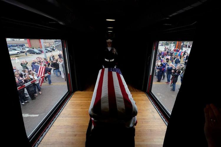 Linh cữu cố Tổng thống George H.W. Bush đi qua Magnolia, Texas ngày 6/12. (Ảnh: David J. Phillip / Associated Press / Pool)