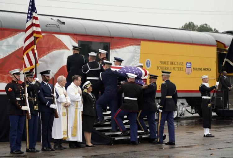 Di hài cố Tổng thống Mỹ George H.W. Bush được đưa lên tàu ngày 6/12. (Ảnh: David J. Phillip/Pool, via Bloomberg)