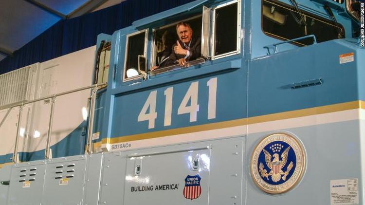 Cố Tổng thống George H.W. Bush từng rất hứng thú lái thử đầu tàu 4141. (Ảnh: Union Pacific)