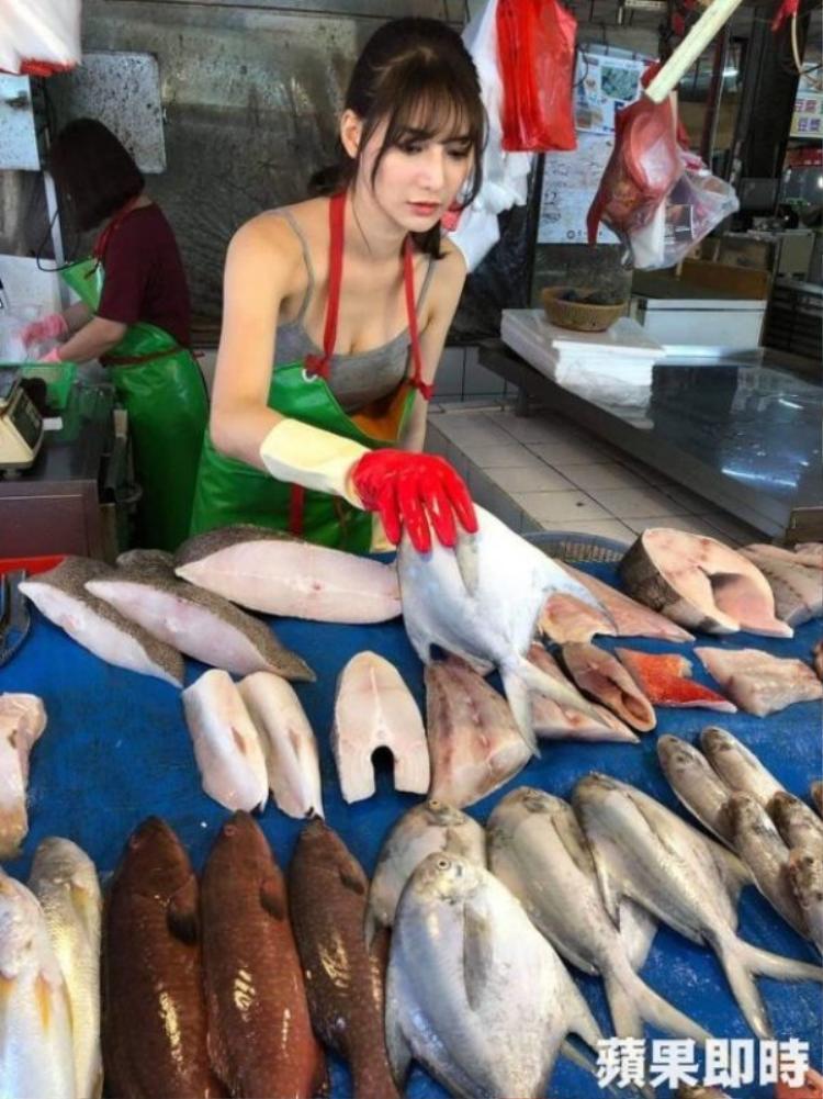 """Hôm 7/12, một cô gái xinh đẹp ở Đài Loan (Trung Quốc) trở thành hiện tượng trên mạng xã hội sau khi một người đi chợ ở Chương Hóa chụp ảnh và ghi video rồi chia sẻ với dòng chú thích: """"Trong tương lai, tôi sẽ luôn mua cá cho cô ấy""""."""