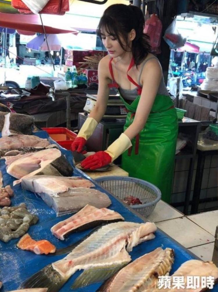 Chẳng mất bao lâu, dân tình đã nhanh chóng tìm ra danh tính của cô nàng. Cô làLiu Pengpeng, 26 tuổi, một người mẫu quảng cáo từng tham gia nhiều sự kiện trên khắp Đài Loan.
