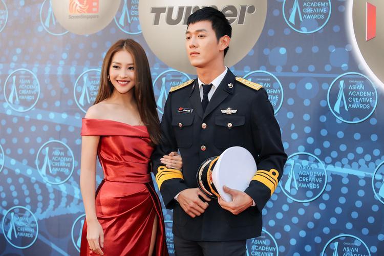 Khả Ngân khoe bờ vai quyến rũ, xuất hiện bên Song Luân với bộ trang phục lính hải quan.