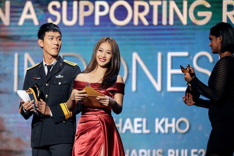 Khả Ngân khoe vai trần quyến rũ, sánh đôi cùng Song Luân trên thảm đỏ Asian Academy Creative Awards 2018