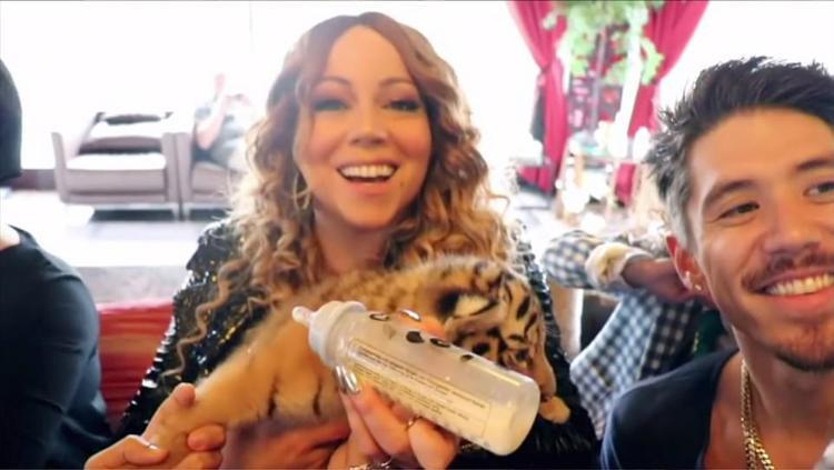 Nữ ca sĩ Mariah Carey bế con hổ được đặt theo tên cô tại vườn thú của Belhasa. Ảnh: Channel 4