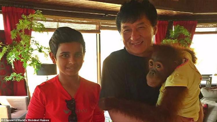 Belhasa (trái) chụp ảnh cùng diễn viên gạo cội Thành Long. Ảnh: Channel 4