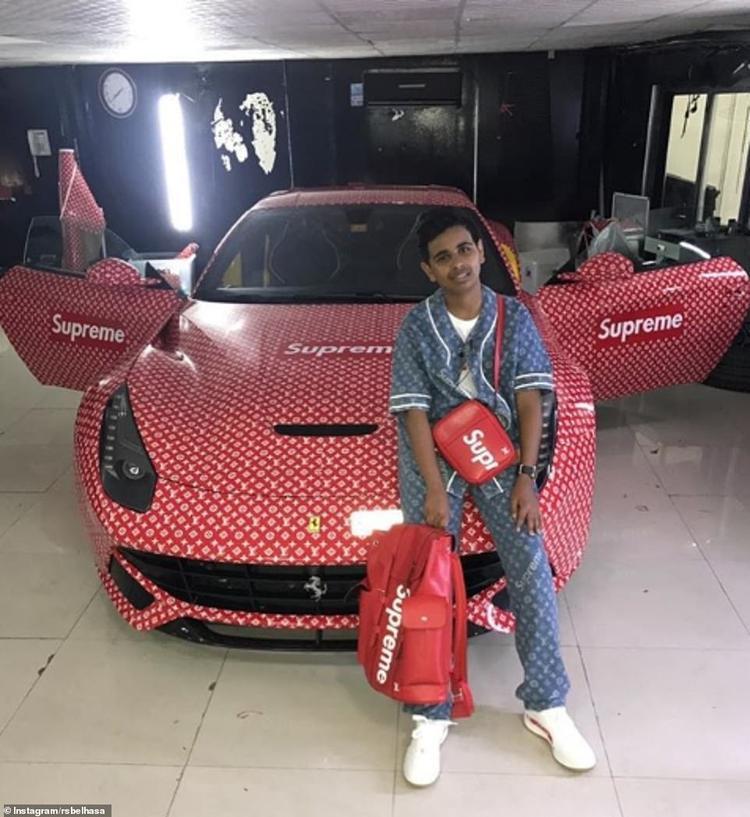 """""""Rich Kid"""" Dubai bên chiếc siêu xe Ferrari được tặng nhân dịp sinh nhật. Ảnh: Instagram"""
