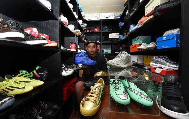 Belhasa chụp ảnh với những đôi giày hàng hiệu đắt giá. Ảnh: The Coverage