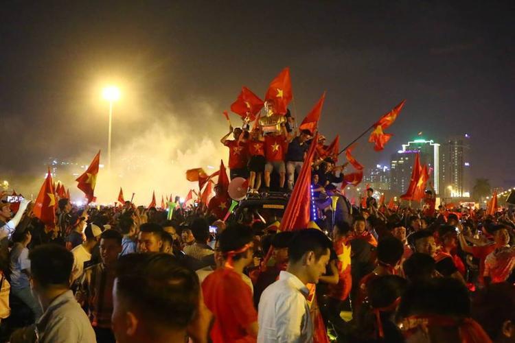 Hàng vạn cổ động viên đổ ra đường ăn mừng chiến thắng đội tuyển Việt Nam.