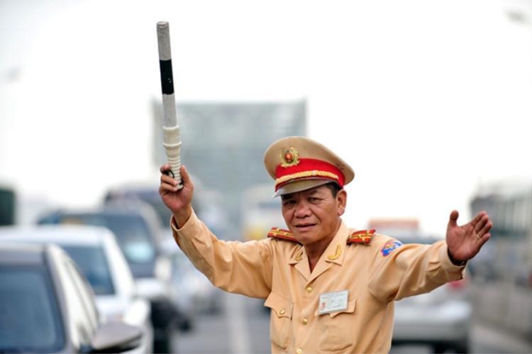 Thượng tá Đoàn khuyên mọi người ăn mừng có văn hoá, trọn vẹn nhưng vẫn tôn vinh được chiến thắng.