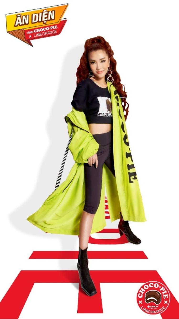Nổi bật nhất phải kể đến Bích Phương với chiếc áo khoác neon dáng dài.