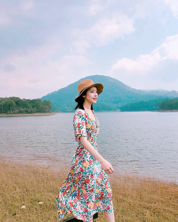 Trang phục đậm chất retro với váy hoa lá kết hợp cùng mũ cói.