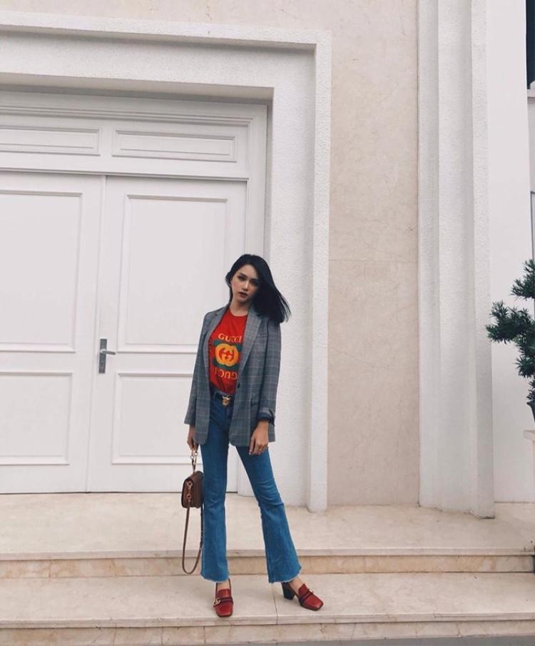 Xinh xắn trong set đồ vintage đơn giản áo blazer kẻ sọc, quần jeans, áo phông và giày của nhà mốt Gucci.
