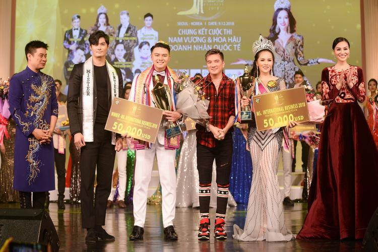 Bà Trần Huyền Nhung, ca sĩ Đàm Vĩnh Hưng trao giải cho tân hoa hậu Đặng Huỳnh Thanh NTK Tuấn Hải, nam vương quốc tế Lee trao giải cho tân nam vương Nguyễn Hoàng Khôi.