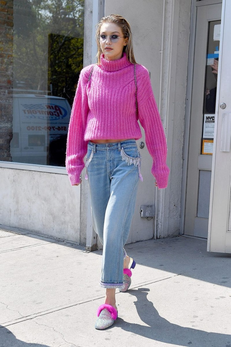 """Nàng siêu mẫu Gigi Hadid dạo phố với áo len màu hồng neon """"ton sur ton"""" với đôi dép bệt cá tính"""