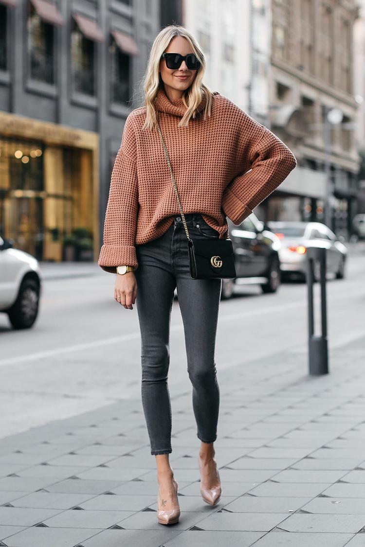 Đối với các cô nàng sống xứ lạnh, Áo len mix cùng jeans mang giày cao gót để đi làm hay dạo phố thì vô cùng ổn nhá.