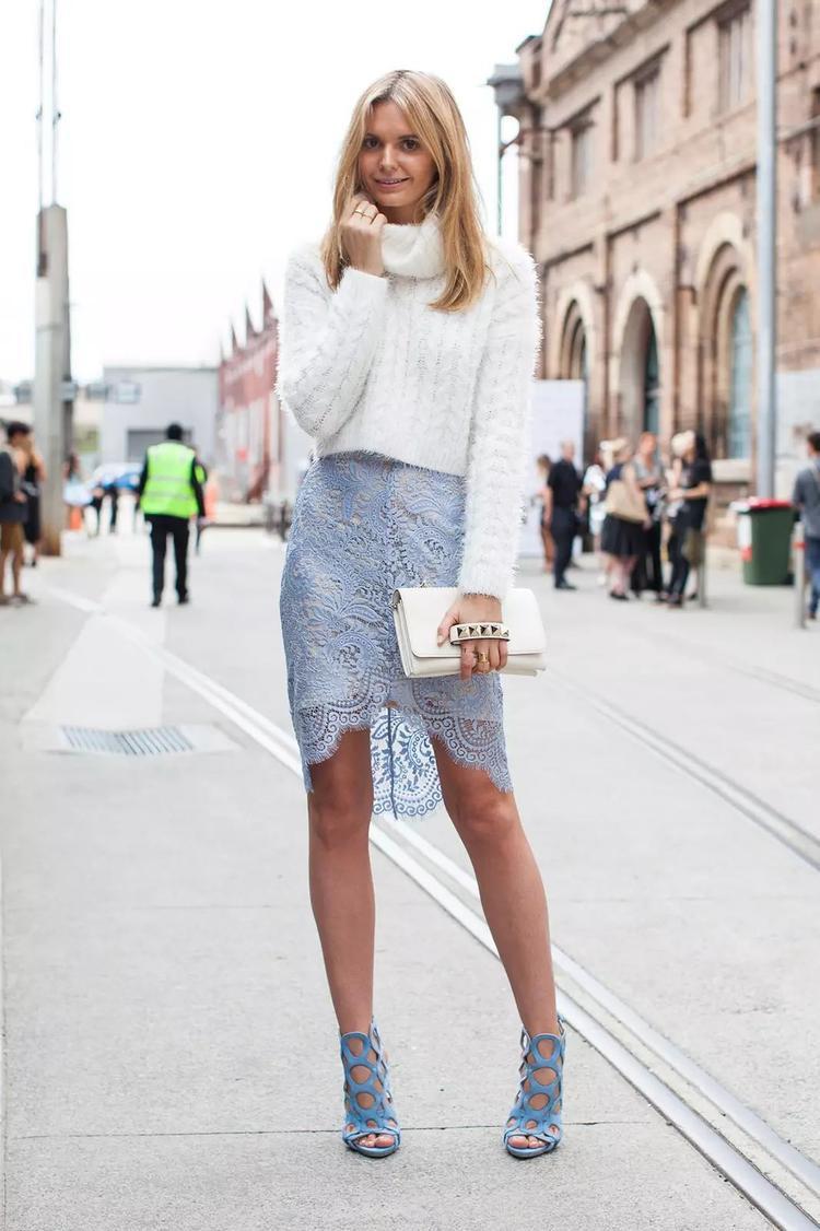 Áo len được mix bên ngoài cùng chân váy bằng ren thu hút ngay ánh nhìn đầu tiên của người đối diện. Hơn nữa, phần chân váy ngắn giúp tôn dáng vòng 3 trông quyến rũ hơn bao giờ hết